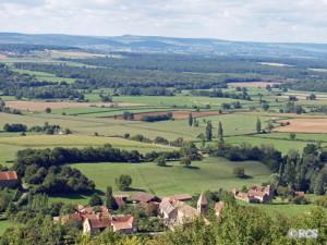 ロマネスク教会のある農村風景
