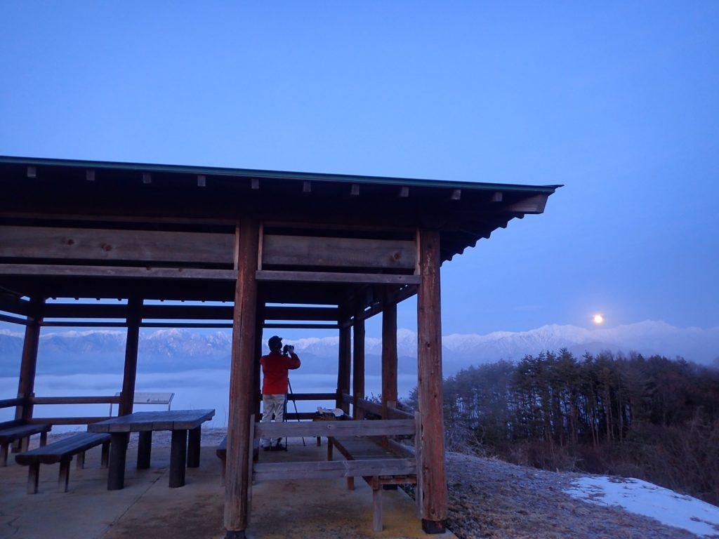 満月と北アルプス