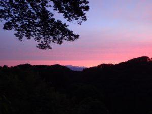 のらCaféウッドデッキから望む、戸隠連峰の朝焼け
