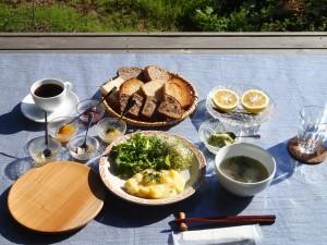 まめぱんさんの天然酵母パン、(古代米パン、食パン、クルミレーズンパン)、カブとしめじのスープ、アボガドパイン、採れたて新鮮サラダともちきびポテト、手作りジャム(マーマレード2種、イチゴジャム)、オリーブ塩、ごまペースト、季節のフルーツ(無農薬のニューサマーオレンジ)、農楽里オリジナルブレンドのオーガニックコーヒー(ネルドリップ) ※(写真は、イメージです)